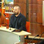 Éric Russon interviewe Denis sous le regard intéressé de sa chroniqueuse.
