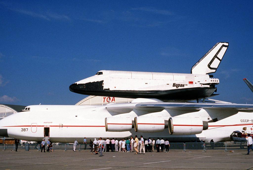 Antonov An-225 transportant la navette spatiale Bourane au Bourget en 1989. © Master Sgt. Dave Casey - Source: https://fr.wikipedia.org/wiki/Antonov_An-225