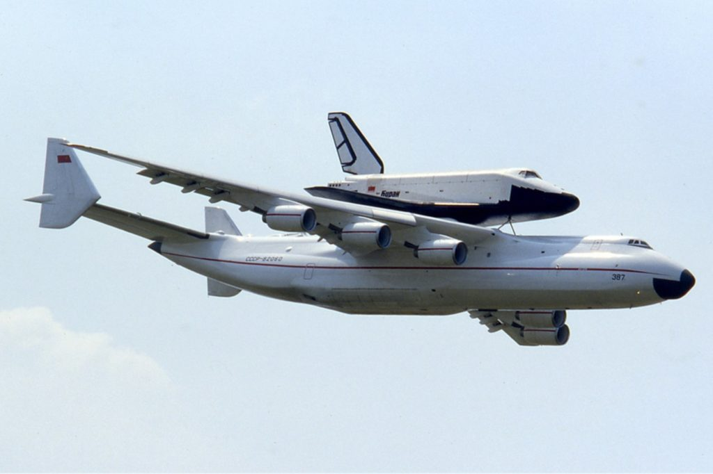 Antonov An-225 et Bourane en vol. © Ralf Manteufel - Source : https://fr.wikipedia.org/wiki/Antonov_An-225