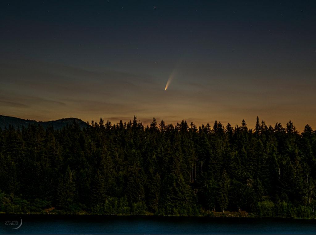 La comète Neowise photographiée depuis le lac des Pises le 6 juillet par Guillaume Cannat, auteur du Guide du Ciel, via Ciel & Espace.